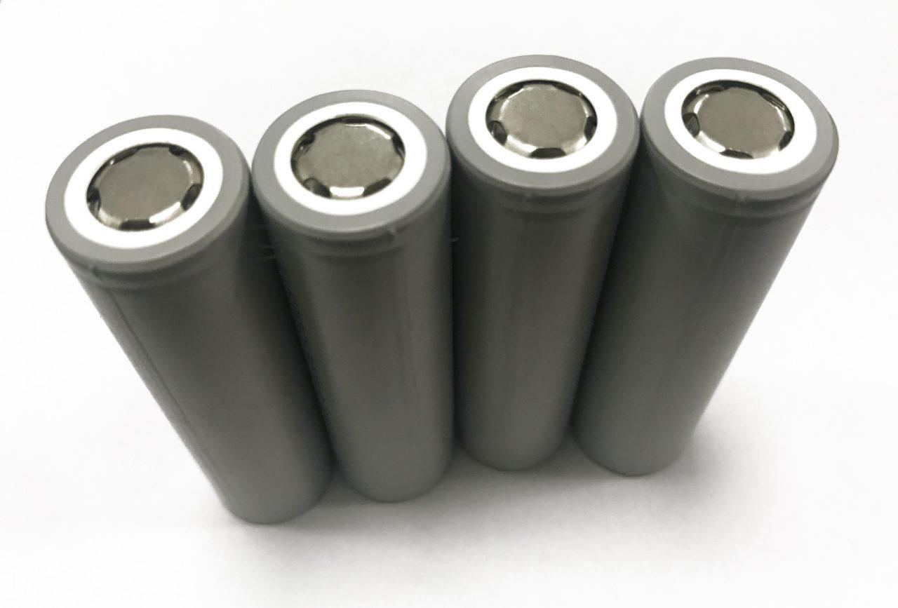 Photo de 4 batteries cylindriques