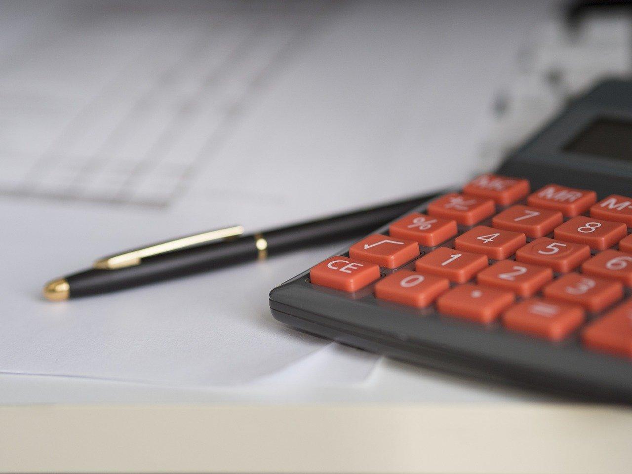 Photo d'un stylo et d'une calculette