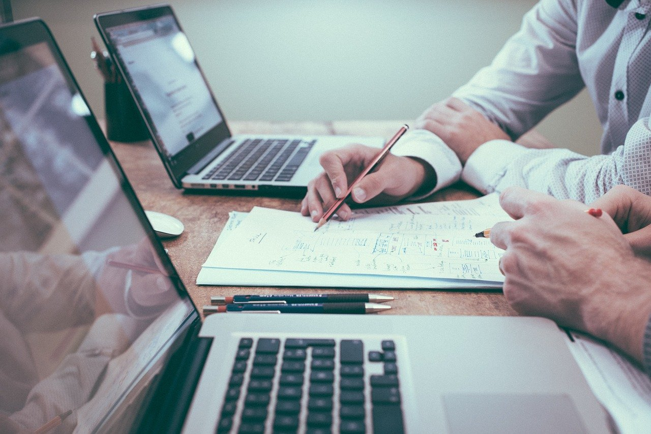 photo de 2 personnes au bureau devant leurs pc portable