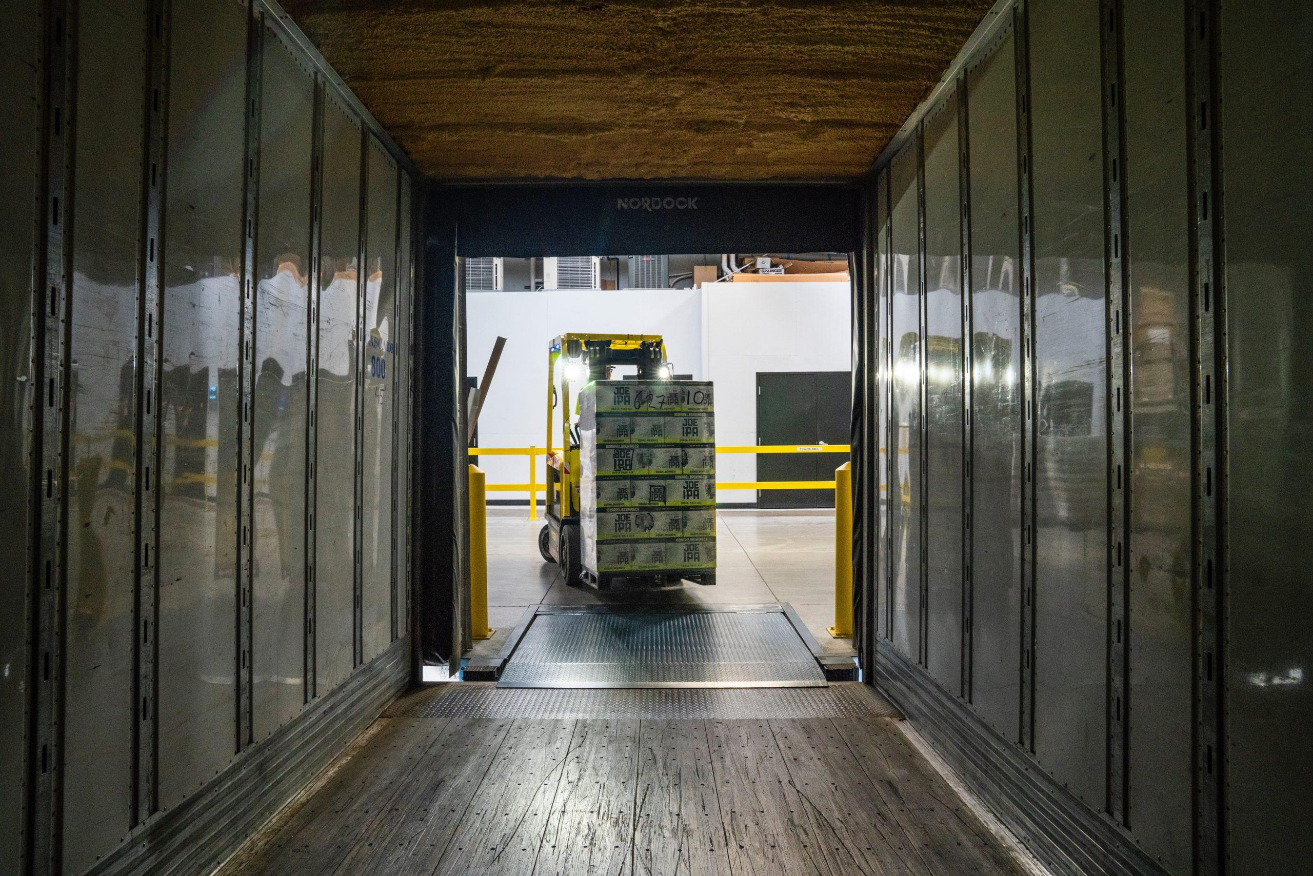 Photo d'un manitou entrain de chargé un camion